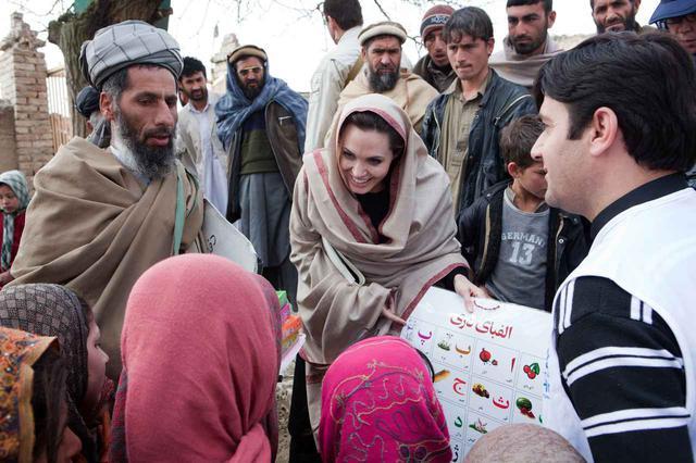 画像: 2011年にアフガニスタンを訪れたアンジェリーナ。