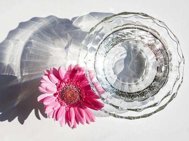 画像: 透け感で目を引くガラスのフレンチネイル