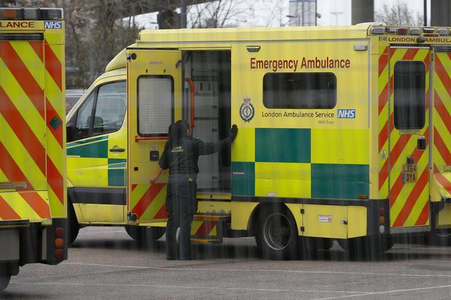 画像: 病院前の救急車で仕事を行なう救急医療スタッフ。(2020年3月29日にイギリスのロンドンで撮影)