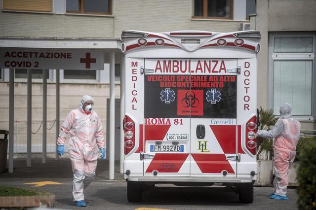 画像: 新型コロナウイルスに感染した患者を乗せた救急車。(2020年3月17日にイタリアのローマで撮影)