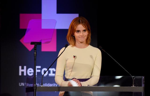 画像: 2016年、ニューヨークで行なわれた「HeForShe」発足2周年記念イベントでスピーチを行なうエマ。