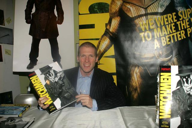画像: 映画『ウォッチメン』のスチル写真を撮影したクレイ・イーノス氏とコミック版『ウォッチメン』