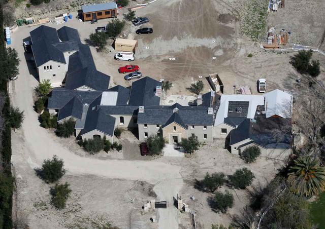画像: 改装前のキムとカニエの自宅。