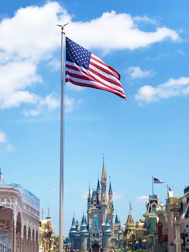 画像: ディズニーランドにある星条旗は本物じゃない!?