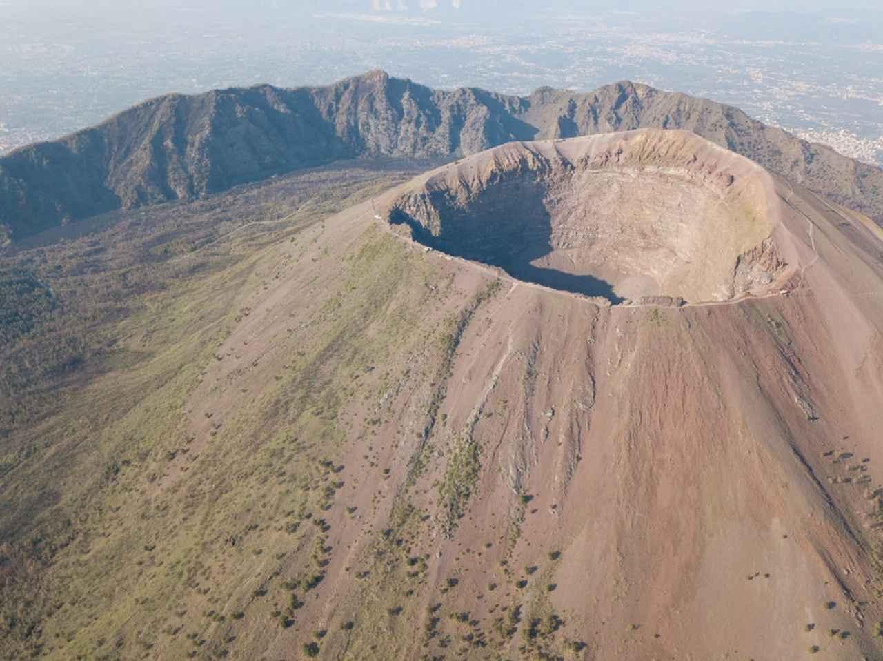 画像: イタリア、ナポリにそびえるヴェスヴィオ山。東京ディズニーシーにそびえるシンボル的存在である「プロメテウス火山」のモデルとなった。