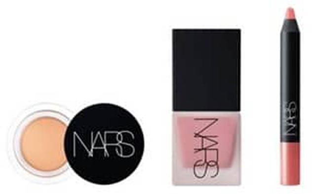 画像: スカーレットが使用したアイテム:NARS ソフトマットコンプリートコンシーラー※3月17日発売予定、NARS リキッドブラッシュ (オーガズム) ※6月16日発売予定、NARS ベルベットマットリップペンシル 2486 ※3月17日発売予定