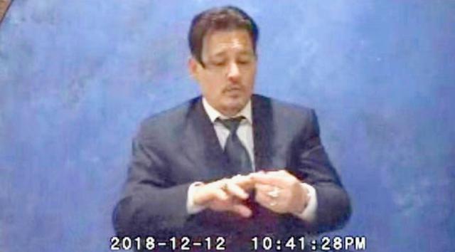 画像: ジョニーの証言録取を収めた動画より。©Daily Mail