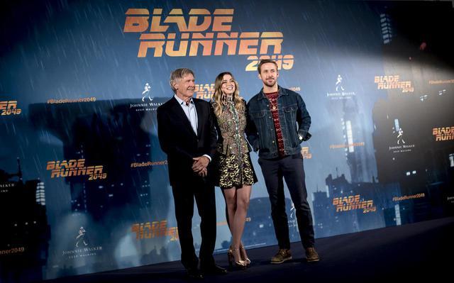 画像: 映画『ブレードランナー 2049』のスペインでのフォトコールに登場したハリソン・フォード(左)、アナ(中央)、ライアン(右)。