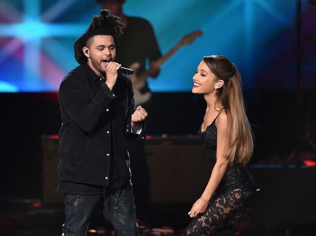 画像: 2014年のアメリカン・ミュージック・アワードのステージで「ラブ・ミー・ハ―ダ―」を披露するザ・ウィークエンドとアリアナ・グランデ。