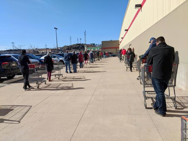 画像: コストコのカナダ国内の店舗で入店のために行列する人々。