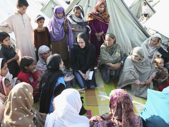 画像: 2005年にパキスタンを訪れたアンジェリーナ・ジョリー。