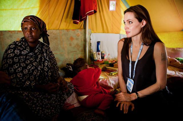 画像: 2011年にチュニジアを訪れたアンジェリーナ・ジョリー。