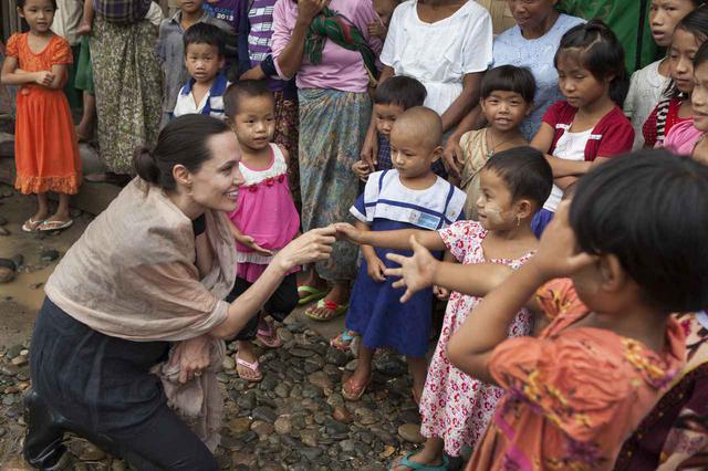 画像: 2015年にミャンマーを訪れたアンジェリーナ・ジョリー。