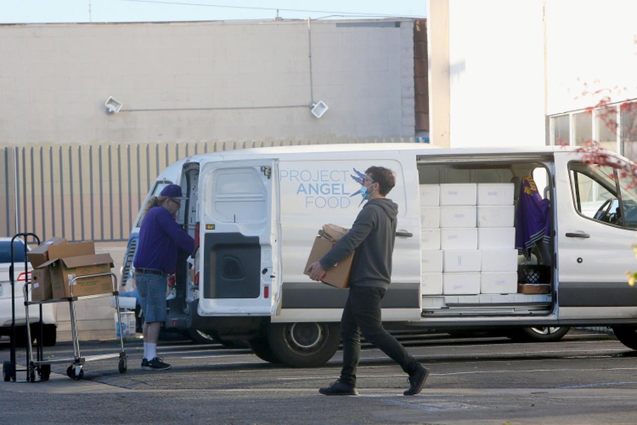 画像: 配達準備をするプロジェクト・エンジェル・フードのボランティアたち。