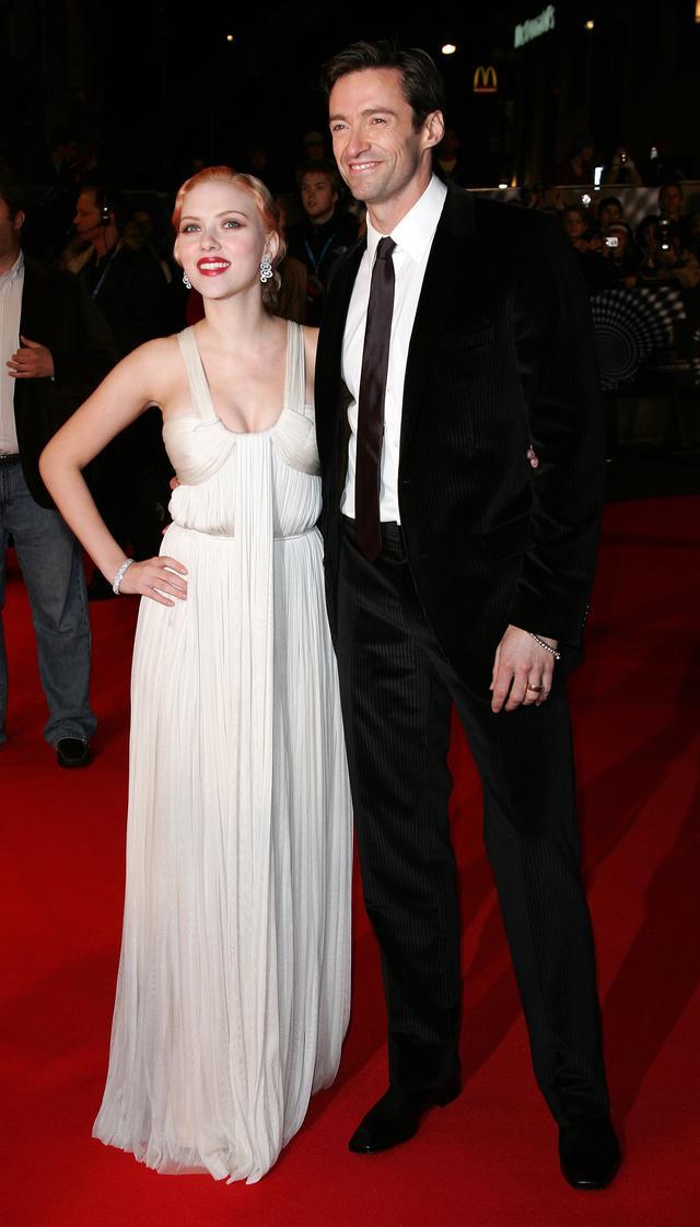 画像: 2006年、映画『プレステージ』のUKプレミアに出席したヒュー・ジャックマンとスカーレット・ヨハンソン。