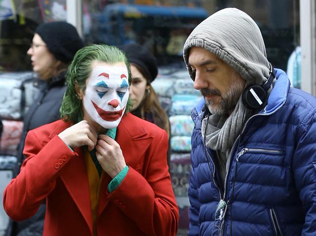 画像: 『ジョーカー』撮影現場でのホアキンとトッド・フィリップス監督。
