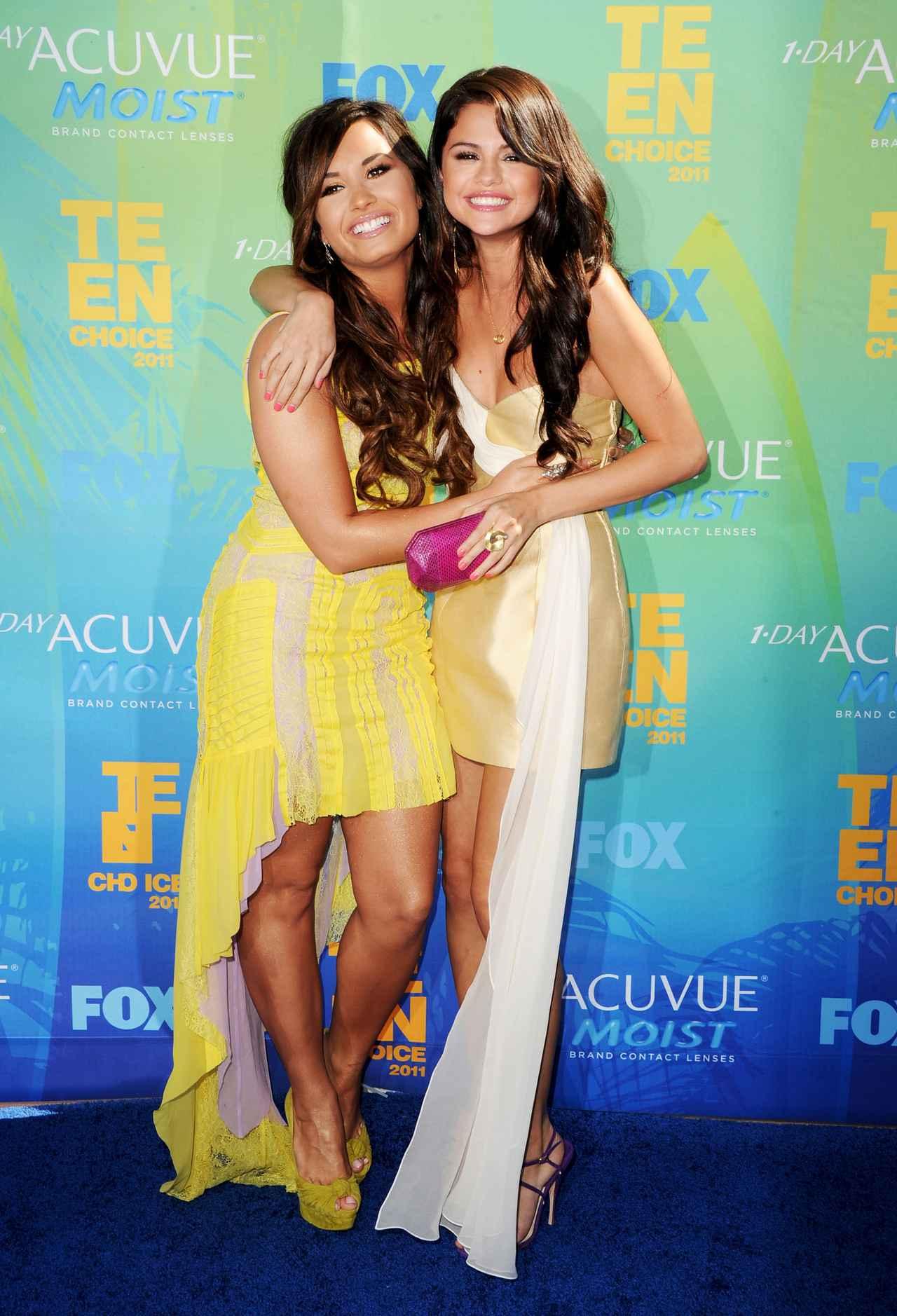画像: 2011年のティーン・チョイス・アワード授賞式で仲良く写真撮影に応えるデミとセレーナ。