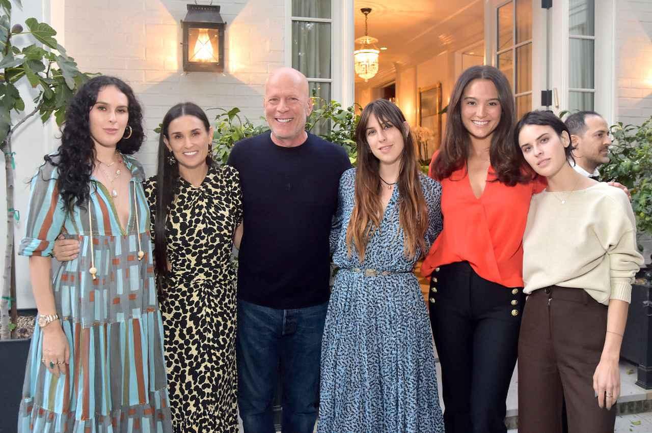 画像: ブルースの妻エマも一緒に写った家族ショット。左から:デミとブルースの長女ルーマー、デミ、ブルース、デ次女スカウト、ブルースの現妻エマ、三女のタルーラ。