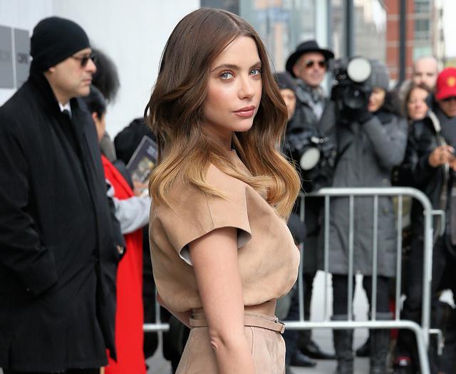 画像: 俳優のアシュレイ・ベンソン。2018年の映画『ハー・スメル』での共演をきっかけに交際をスタートさせたモデル兼俳優のカーラ・デルヴィーニュとの恋愛も注目の的に。