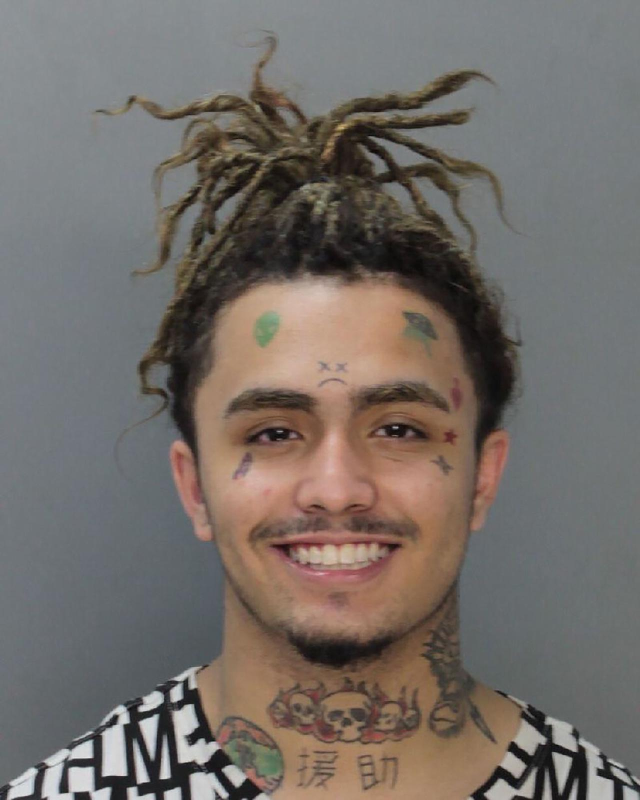 画像: 18歳だった2018年8月、マイアミで無免許で高級車ロールスロイスを乗り回し逮捕された際のリル・パンプのマグショット。リルはこの3ヵ月後の12月には空港スタッフとトラブルになり再び逮捕された。