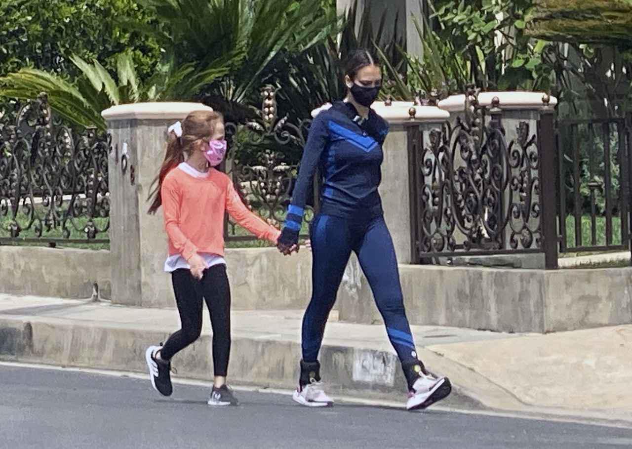 画像1: 子連れで散歩中のジェシカ・アルバの「足元」に注目