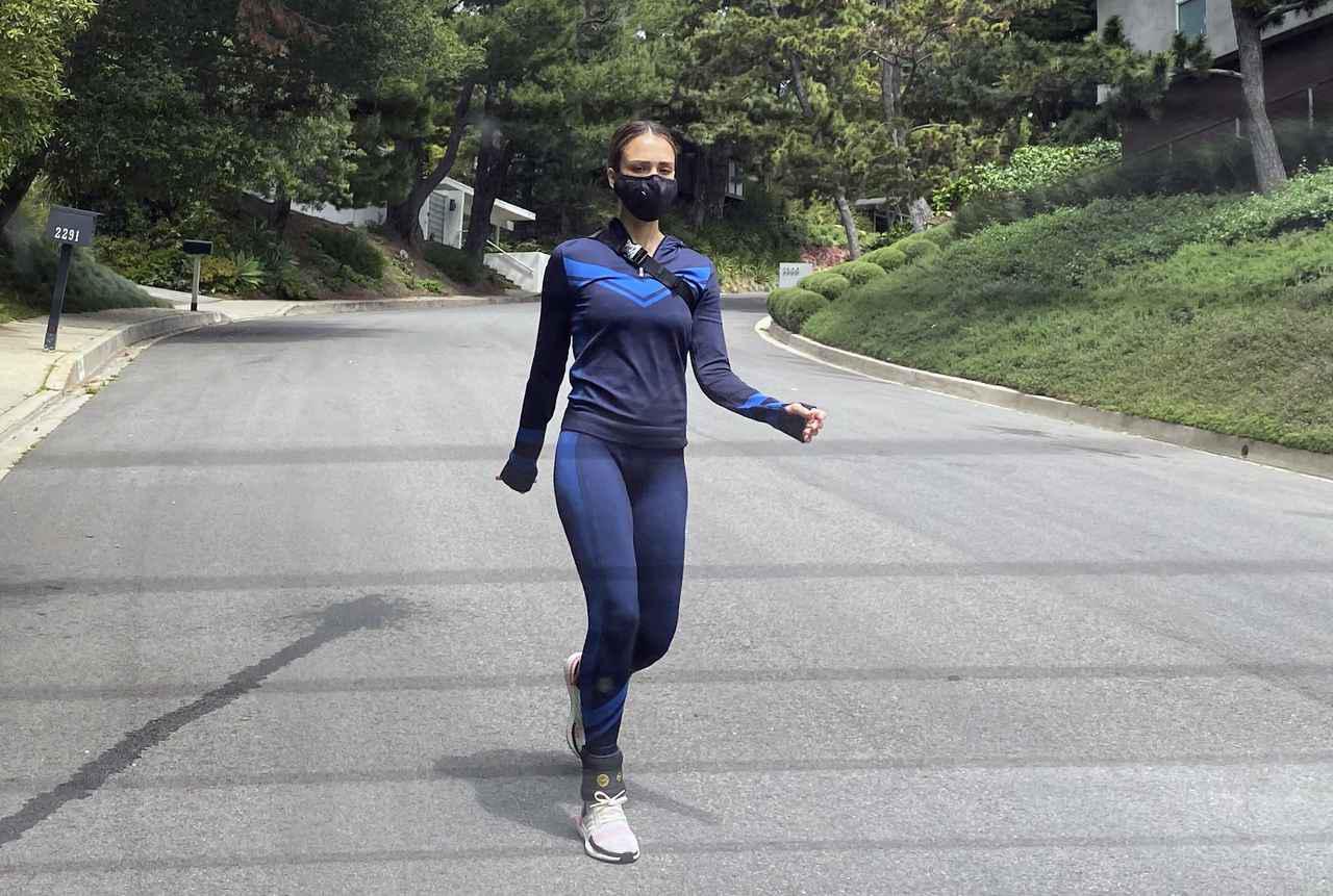 画像2: 子連れで散歩中のジェシカ・アルバの「足元」に注目