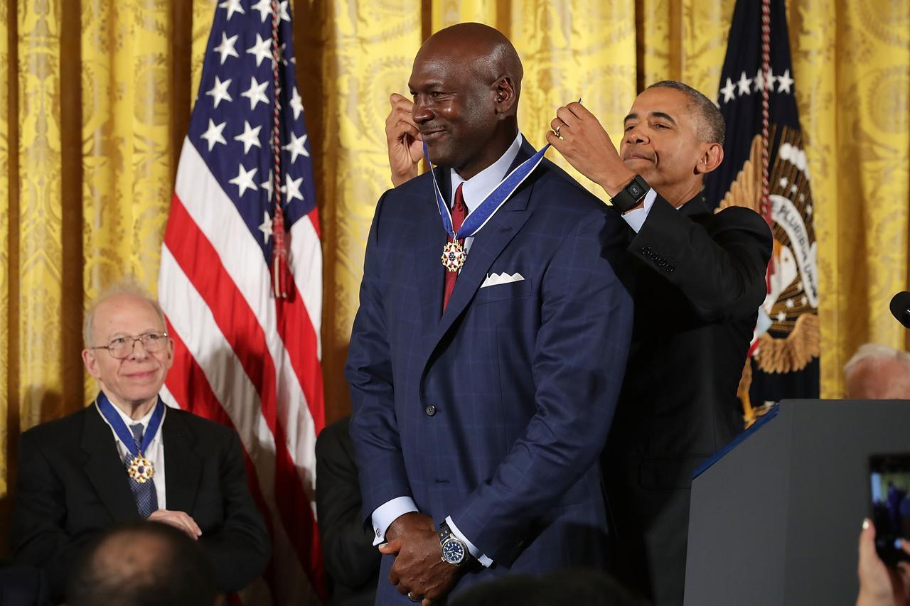 画像: 2016年、マイケル・ジョーダンに大統領自由勲章を授与するオバマ元大統領。