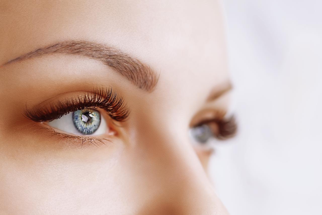 画像: なぜ、眉ニキビができる原因は?