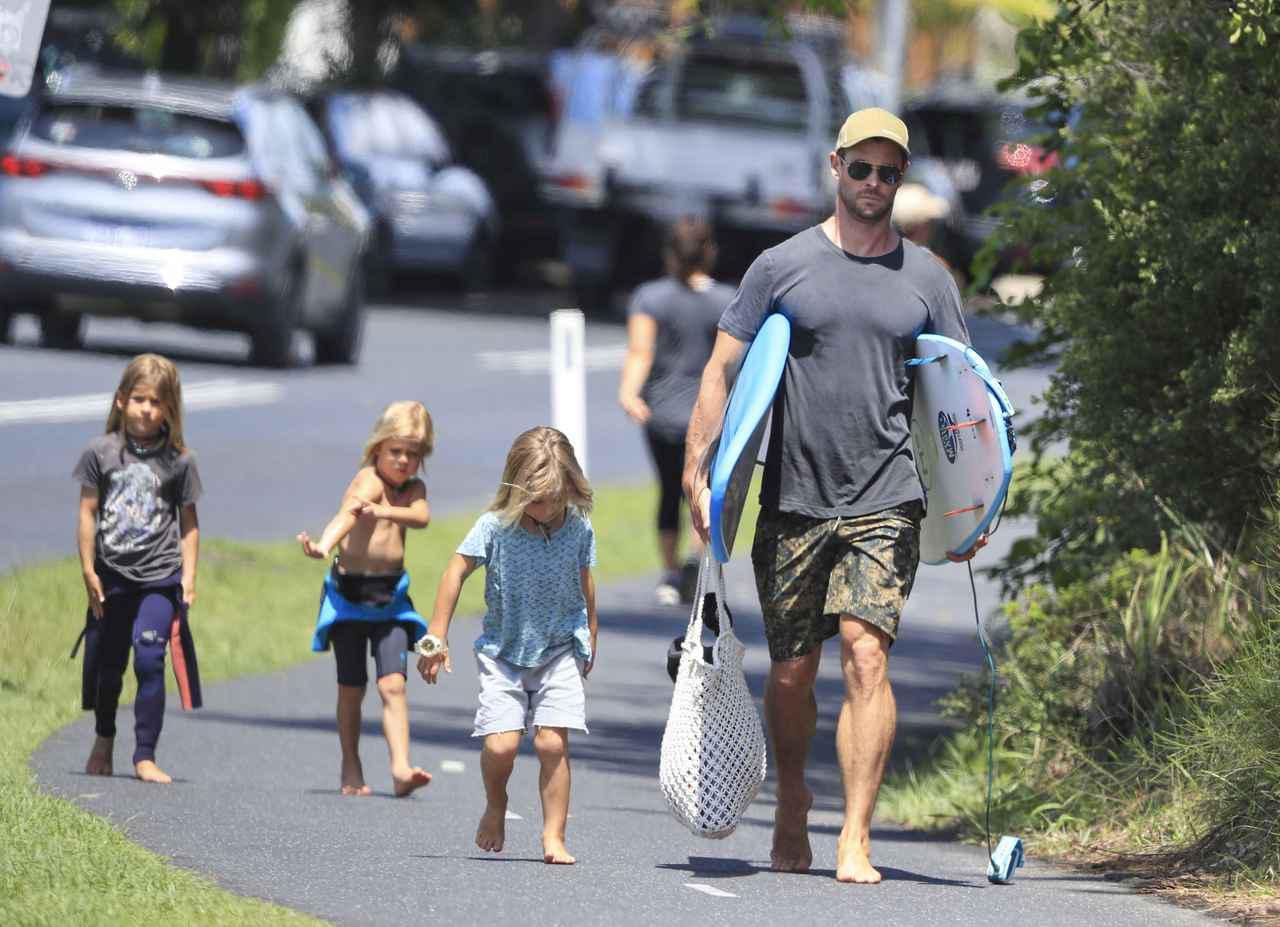 画像: オーストラリアで海へ向かうクリスと子供たち。