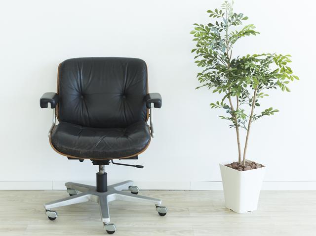 画像: 背もたれが真っ直ぐな椅子に座る