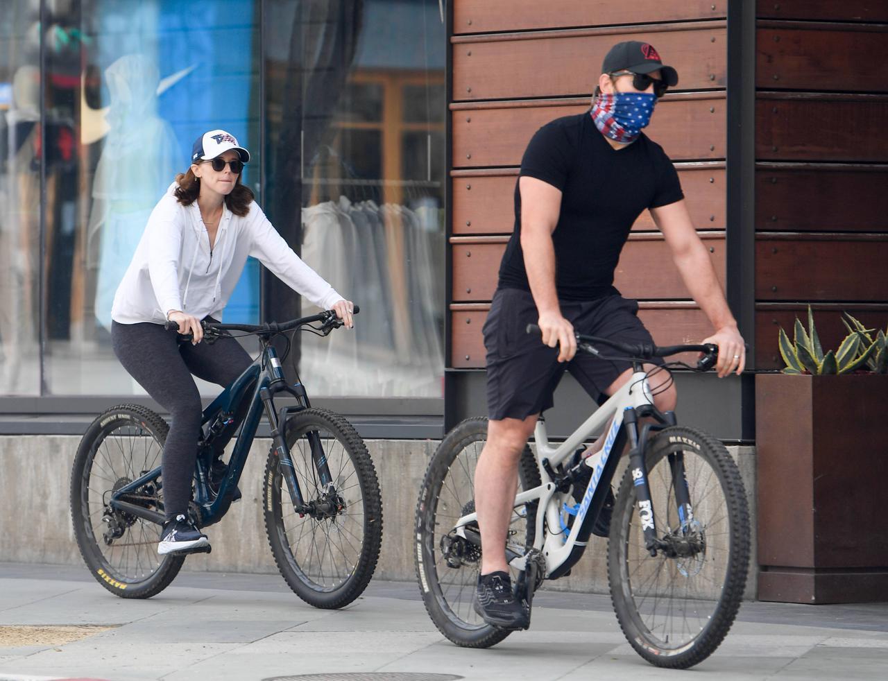 画像: クリスや父アーノルドとともに自転車に乗って走っているところを目撃されたキャサリン。新型コロナウイルス感染拡大の影響で長引く隔離生活の気分転換にサイクリングを楽しんだ。