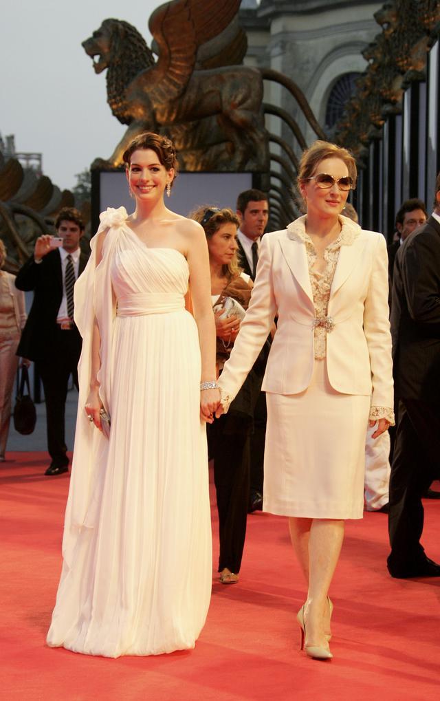 画像: ベネチア国際映画祭でのアン・ハサウェイ(左)とメリル・ストリープ(右)