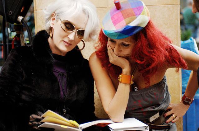 画像: メリル・ストリープ(左)とスタイリストのパトリシア・フィールド(右) ©︎20TH CENTURY FOX / WETCHER, BARRY / Album/Newscom
