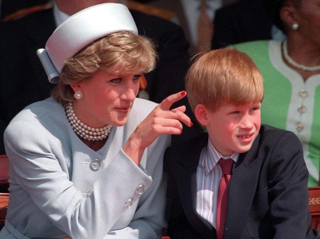 画像: 1995年に撮影されたダイアナ妃とヘンリー王子。