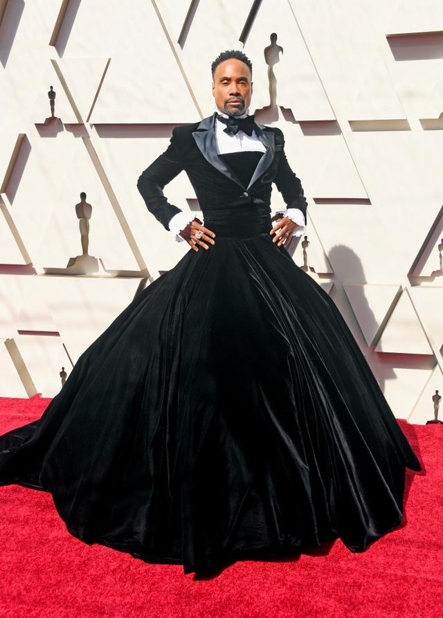 画像: LGBTQ+アイコンであるビリーは、2019年に開催された第91回アカデミー賞でタキシードとスカートを融合させたジェンダーの壁を打ち砕くファッションで注目の的に。