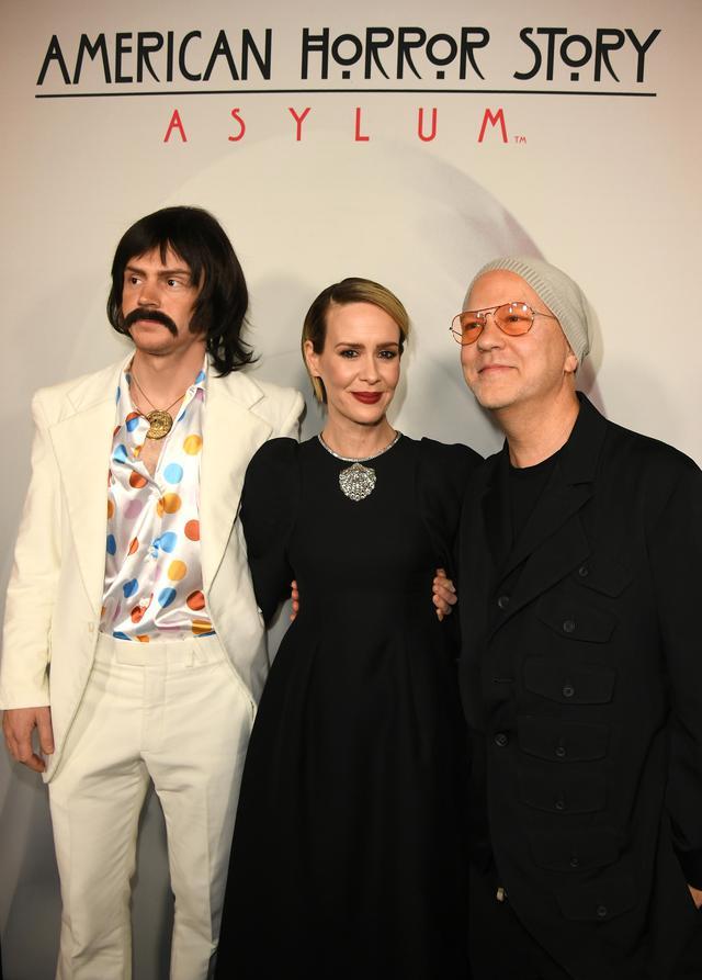 画像: (左から)俳優のエヴァン・ピーターズ、サラ・ポールソン、プロデューサーのライアン・マーフィー