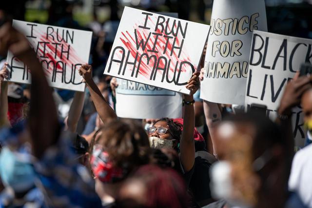 画像: アマードのため、そして黒人コミュニティのために、ジョージア州グリン郡裁判所前に集まった市民。