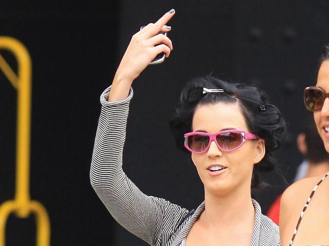 画像: 2009年に撮影されたパパラッチに中指を立てるケイティ。