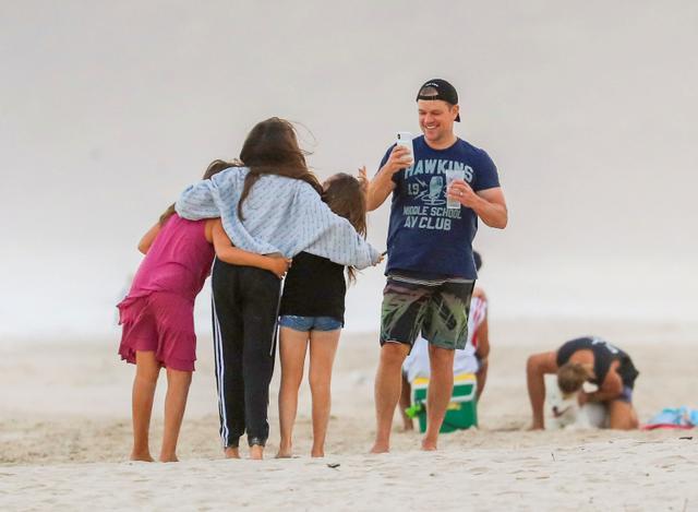 画像: 2019年2月に訪れたオーストラリア・バイロンベイのビーチで娘たちの写真を撮影するマット。かなり子煩悩なことで知られるだけに、長女の新型コロナウイルス感染は、さぞ心配だっただろう。