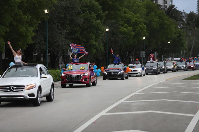 画像: フロリダ州アバントーラでは、卒業式が行われるはずだった日に卒業生たちが乗った車が社会的距離を保ちながら市内をを通過する「卒業パレード」が開催された。