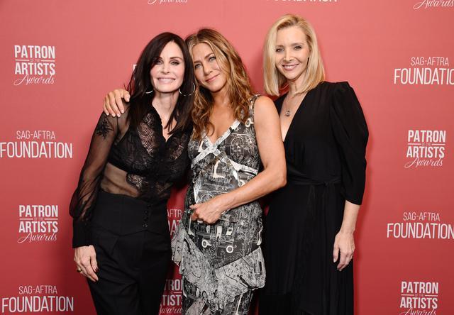 画像: (左から)『フレンズ』で共演したコートニー・コックス、ジェニファー・アニストン、リサ・クドロー