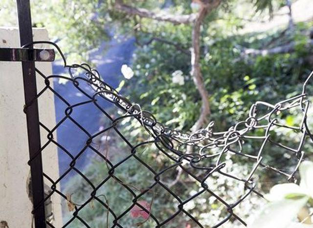画像: 犯人が侵入時に変形したと思われるフェンス。