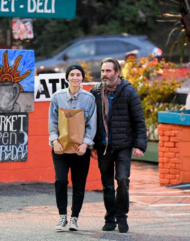 画像: 2017年、交際報道以前に撮影された、ホアキンとルーニーがファーマーズ・マーケットに食材を調達しに行った際の1枚。
