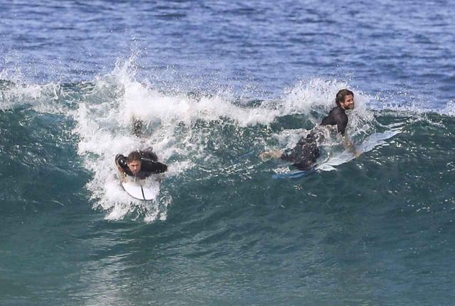 画像2: ヘムズワース兄弟が一緒に波乗り