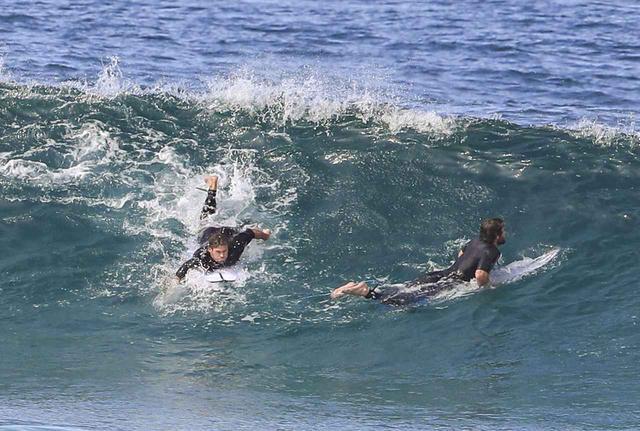 画像1: ヘムズワース兄弟が一緒に波乗り