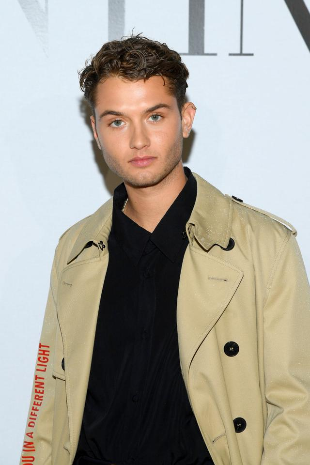 画像: ヴァレンティノ(Valentino)の2020年秋冬メンズコレクションにゲストとして訪れたジュードの長男ラファティ。