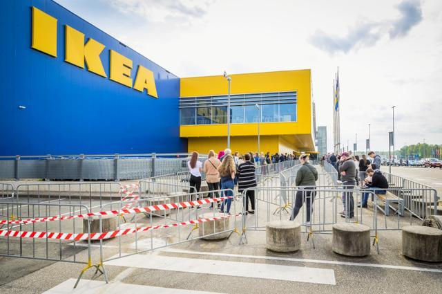 画像: オランダ南部ヘールヘンにあるイケア店舗の外に社会的距離を保ちながら列を成す来店客たち。