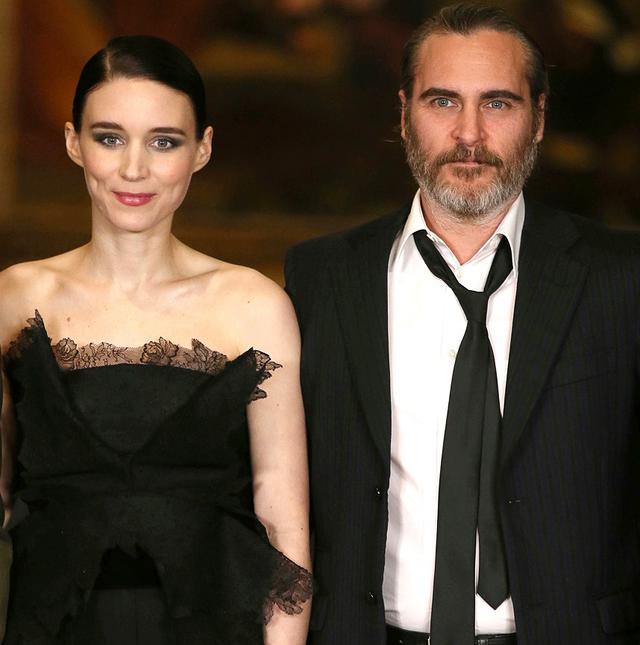 画像: 2013年公開の映画『her/世界でひとつの彼女』での共演がきっかけで知り合ったホアキンとルーニーは、2018年の映画『マグダラのマリア』での再共演を機に急接近し、交際をスタート。2019年5月に婚約したことが明らかになった。