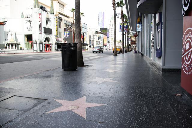 画像: カリフォルニア州の外出制限のため、普段は観光客でごったがえすハリウッド名声の歩道も人の姿はまばら。