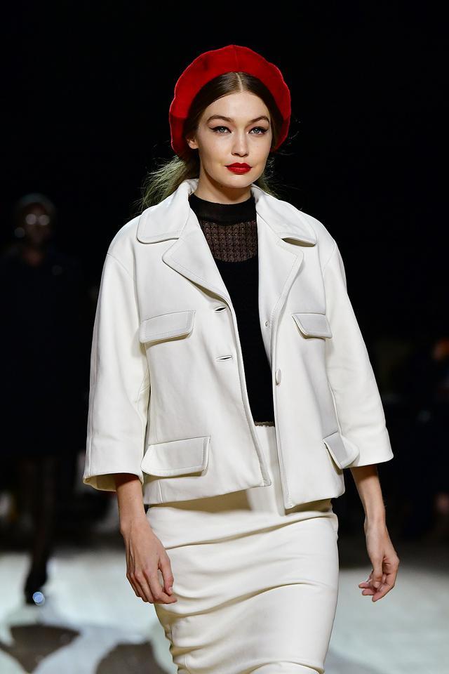 画像: 2月のファッションウィークでマーク・ジェイコブスのランウェイを歩くジジ。